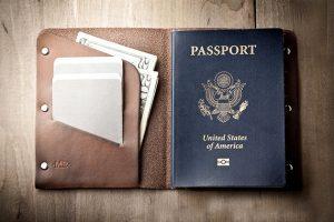 Tại sao khi qua cửa hải quan phải tháo bao hộ chiếu ?