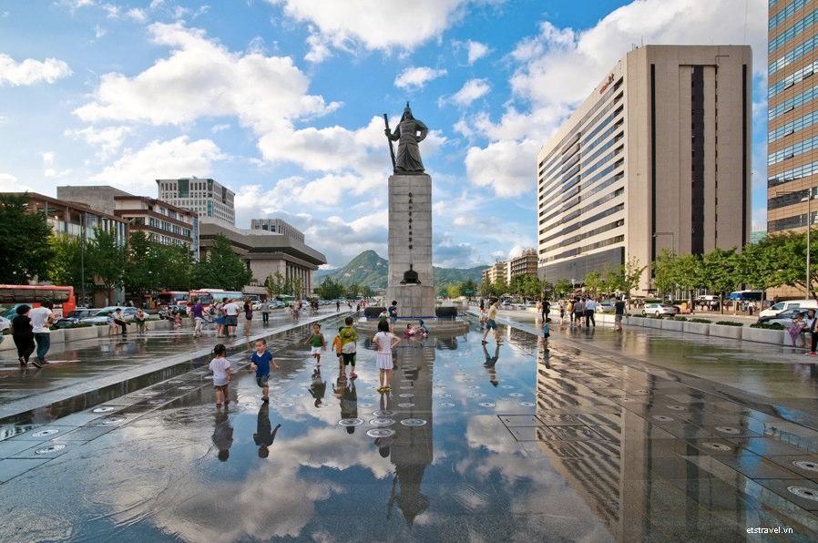 Thăm quan quảng trường Gwanghamun trong tour Hàn Quốc 5 ngày 4 đêm