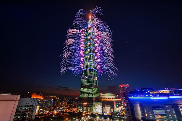 Tòa nhà Taipei 101 rực rỡ trong đêm.
