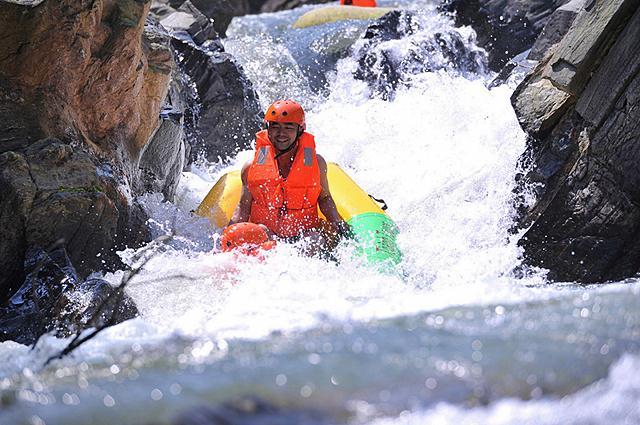 Mạo hiểm trượt thác tại khu du lịch Hòa Phú Thành