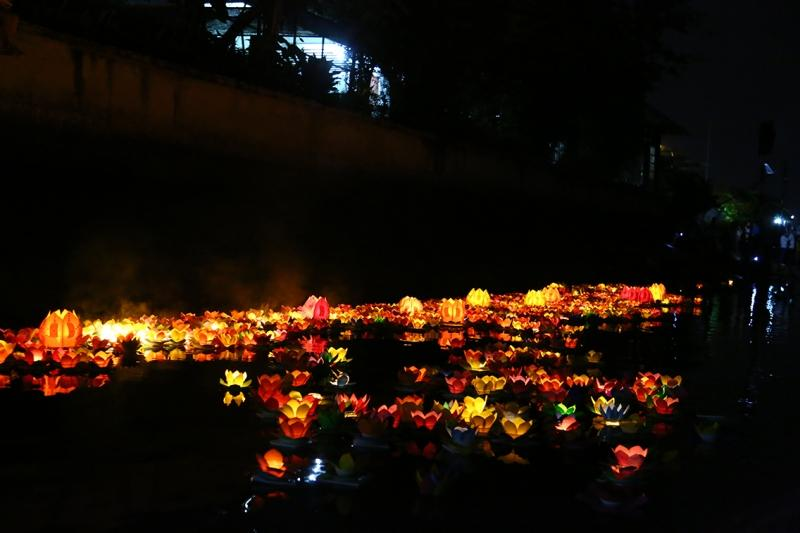 Thả đèn hoa đăng Hội An – Đà Nẵng