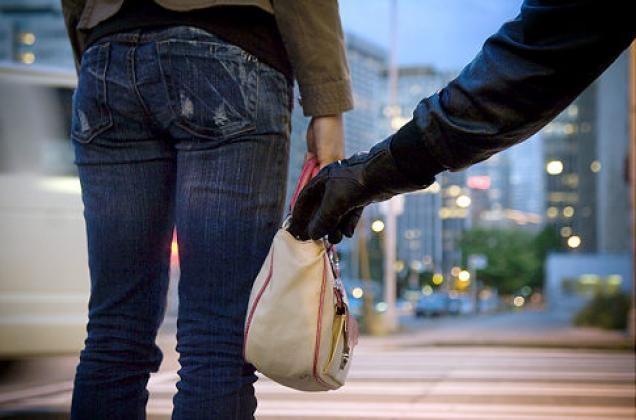 Không mang túi xách hay tiền ra đường