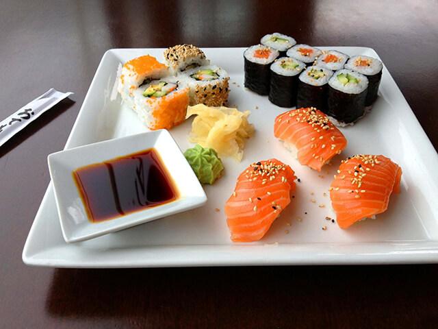 Sushi thường được chấm kèm nước tương và wasabi