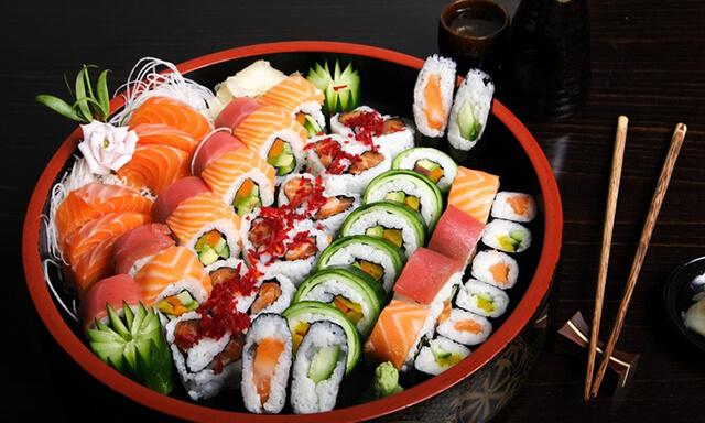 Sushi là một món ăn không thể bỏ lỡ khi du lịch Nhật Bản