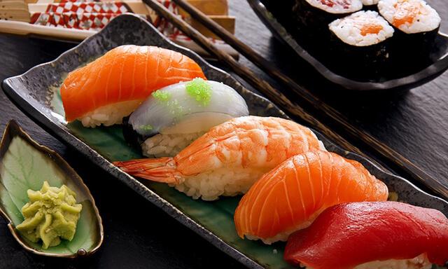 Bạn không nên để sushi quá lâu ngoài không khí vì hương vị của món ăn có thể bị thay đổi do tác động của độ ẩm và không khí