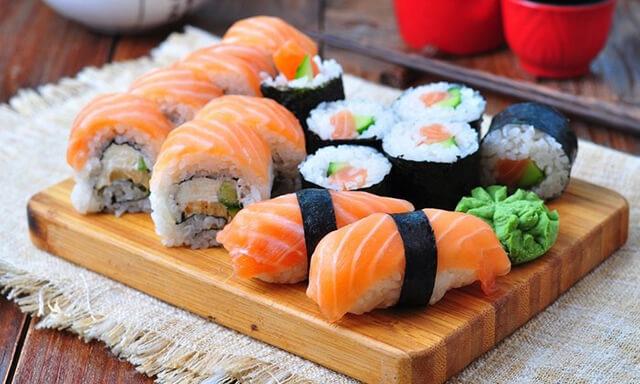 Dùng gừng ngâm chua sẽ giúp du khách cảm nhận được sự khác biệt trong hương vị của mỗi loại sushi