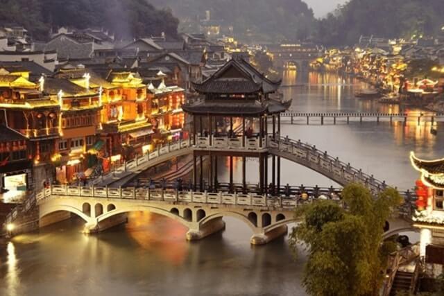 Cầu Hồng Kiều là một trong những biểu tượng của Phượng Hoàng cổ trấn