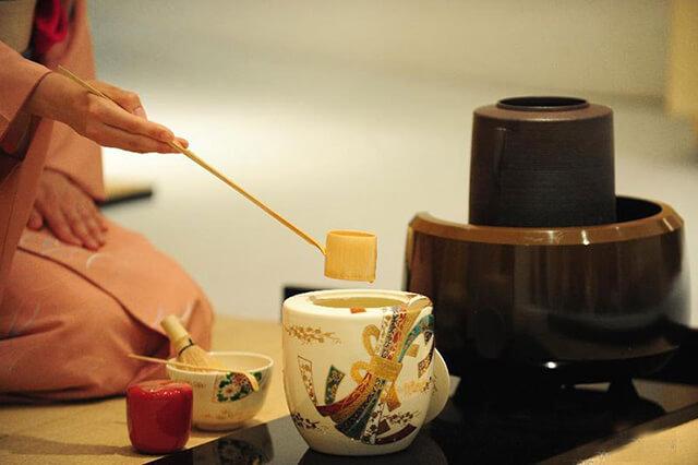 Thưởng thức trà trong tour Nhật Bản