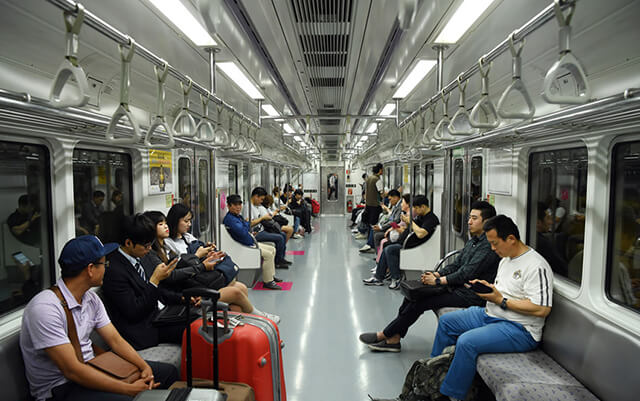 Trong tour du lịch hàn quốc tự túc bạn cũng đừng quên đi thử tàu điện ngầm nhé