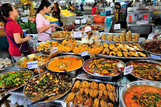 Thái Lan có rất nhiều khu ẩm thực hấp dẫn với mức giá vô cùng hợp lí