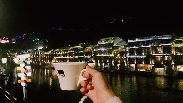 Nhâm nhi một tách trà bên dòng sông Đà Giang thì còn gì lãng mạn và thi vị hơn