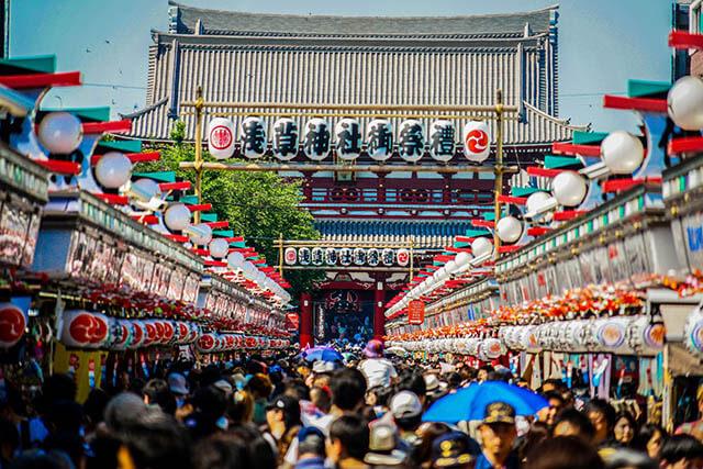 Nối giữa hai cổng của đền Asakusa là con phố mua sắm tấp nập Nakamise