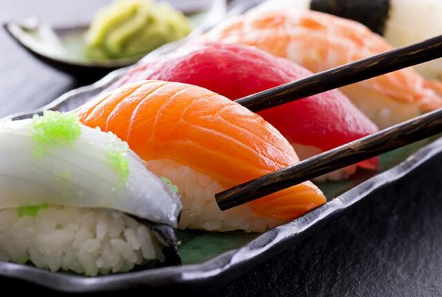 Nigri sushi là sự kết hợp giữa cơm và hải sản tươi ngon