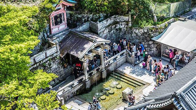 Du khách trong tour nhật bản 6n5d sẽ được khám phá nhiều điều thú vị về 3 dòng thác trong chùa Thanh Thủy