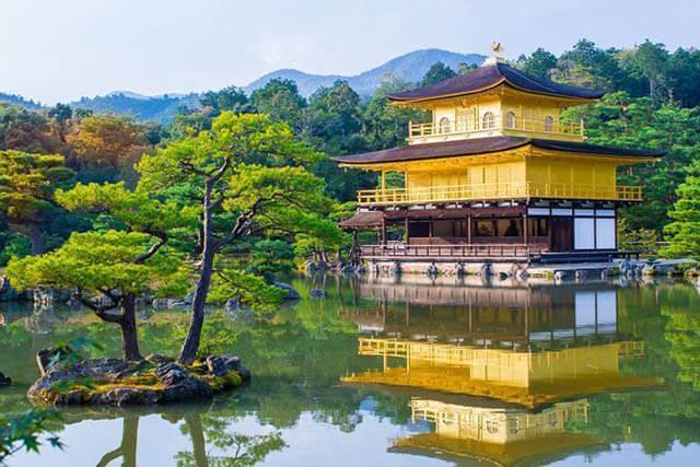 Công trình tôn giáo đầu tiên mà du khách trong tour nhật bản 6N5D được thăm quan là chùa Vàng hay còn gọi là Kinkakuji