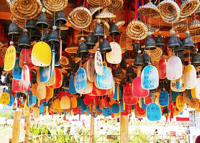Viết điều ước và treo chuông gió ở Quảng Trường Ngọc Hà