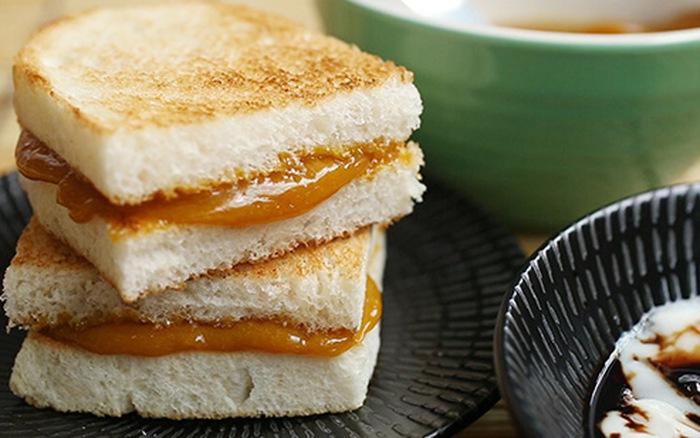 Bánh mỳ nướng Kaya và trứng lòng đào áp chảo