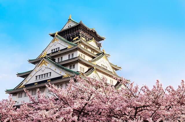 nếu du lịch Nhật Bản mùa xuân bạn nhất định phải ghé lâu đài Osaka vì đây là một trong những địa điểm lí tưởng để ngắm hoa anh đào