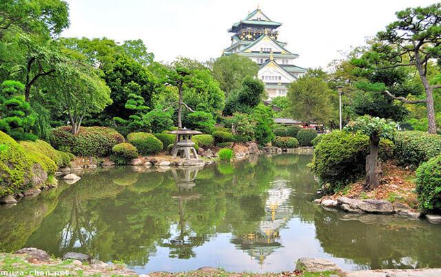 Dòng sông Okawa chảy qua lâu đài Osaka