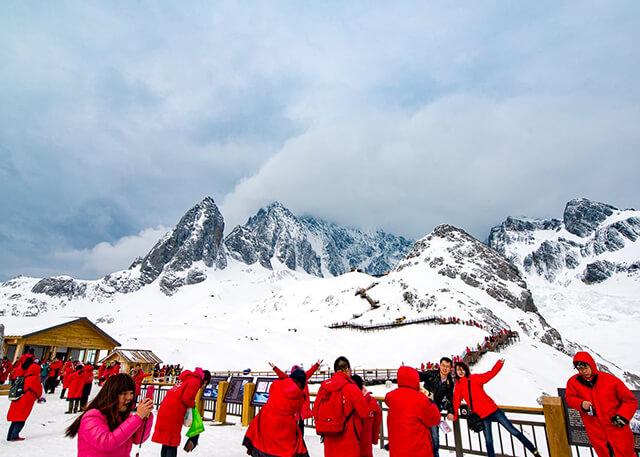 Núi Ngọc Long Tuyết Sơn phủ đầy tuyết trắng vào mùa hè