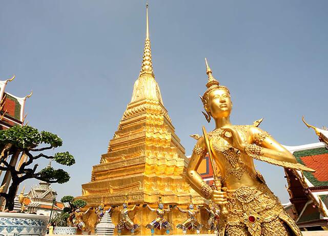 khi ngồi trong đền chùa bạn nhớ dấu các ngón chân vào bên trong vì theo quan niệm của người Thái thì bàn chân là bộ phân không sạch sẽ nhất của con người