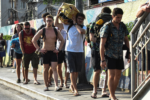 Cởi trần nơi công cộng ở Thái Lan là một hàng vi có thể bị phạt tiền