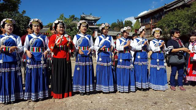 Nếu đi tour lệ giang shangrila đúng dịp diễn ra các lễ hội của người Naxi, bạn sẽ được ngắm họ mặc những trang phục vô cùng rực rỡ