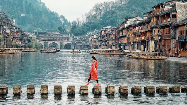 Cầu đá hơn 1000 năm tuổi ở bắc ngang dòng Đà Giang