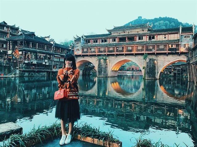 Khung cảnh của dòng sông Đà Giang là một điểm hấp dẫn khó quên trong tour du lịch trương gia giới phượng hoàng cổ trấn