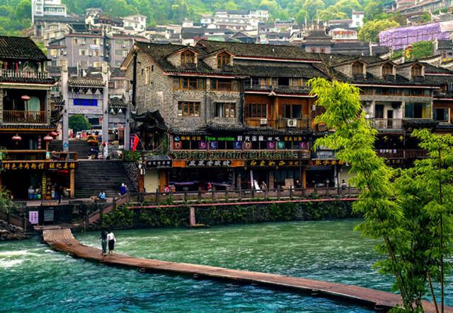 Cuộc sống bình dị bên đôi bờ Đà Giang sẽ đem lại cho du khách trong tour phượng hoàng cổ trấn giá rẻ một cảm giác thật bình yên