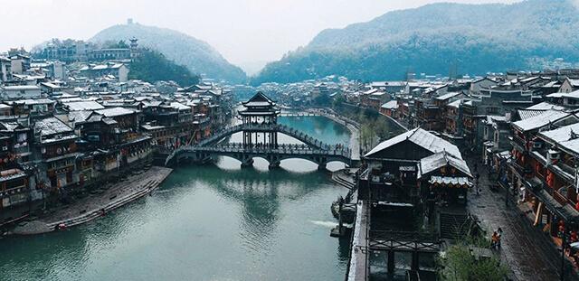 Du khách trong tour du lịch trương gia giới phượng hoàng cổ trấn nhất định phải ghé thăm cây cầu Hồng Kiều