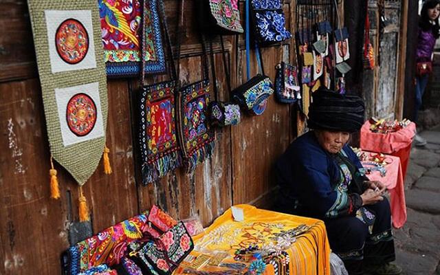 Trong tour phượng hoàng cổ trấn giá rẻ bạn sẽ tha hồ ngắm ngía các sản phẩm thủ công đầy màu sắc và vô cùng độc đáo