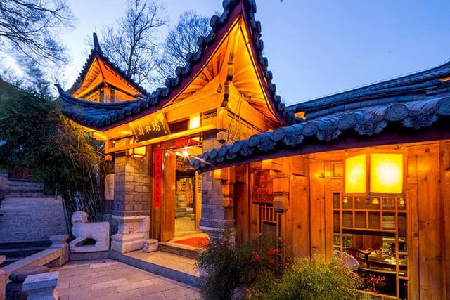 Du khách trong tour phượng hoàng cổ trấn giá rẻ sẽ được tá túc tại những khách sạn 3 sao hoặc các nhà nghỉ địa phương