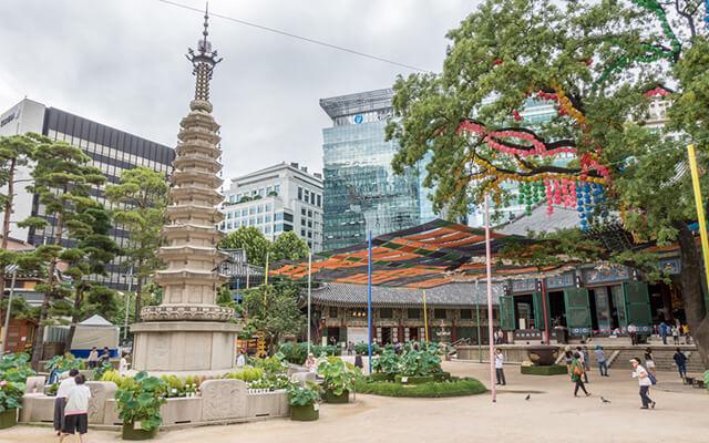 Tòa bảo tháp đá thờ Xá lợi Phật của chùa Tào Khê