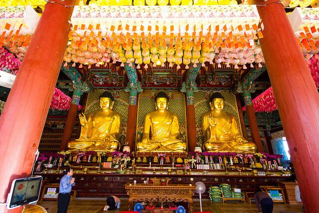 Trong điện của chùa Tào Khê có 3 bức tượng lớn là tượng đức Phật Thích Ca, tượng đức Phật A Di Đà, tượng đức Phật Dược Sư