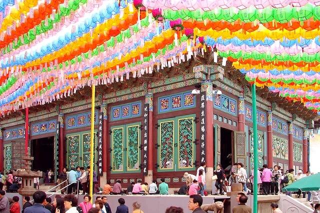 Du khách trong chuyển du lich Hàn Quốc khi thăm chùa Tào Khê sẽ được chiêm ngưỡng kiến trúc, hoa văn, chạm khắc độc đáo của công trình