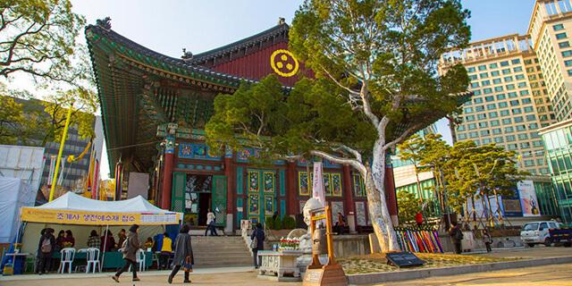Một trong điểm hấp dẫn trong tour du lịch Hàn Quốc là du khách được ghé tham chùa Tào Khê