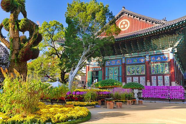 Khi tham quan Jogyesa du khách trong tour du lịch Hà Quốc du khách nhất định phải chiêm ngưỡng tấm biến Đại Hùng Điện được chắp bút bởi vị Hồng tử thứ 8 đời Chosun