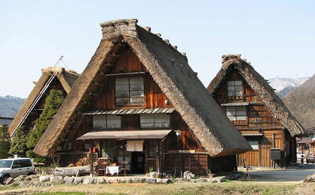 Các mái nhà được xây dựng theo phong cách Gassho-zukuri giúp chống đỡ bão tuyết vào mùa đông