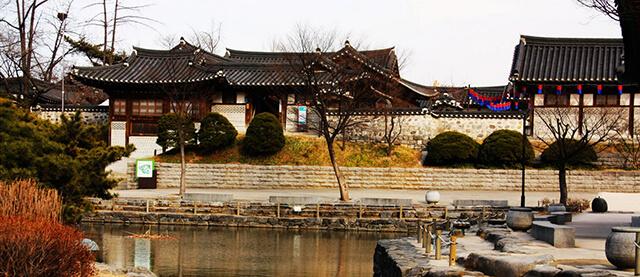 Mọi ngóc ngách của làng cổ Hanok đều toát lên một màu trầm mặc, cổ kính
