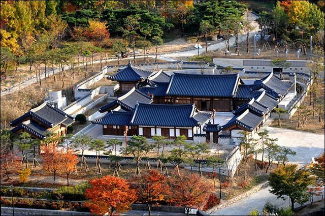 Thời gian lí tưởng nhất để tham quan làng Hanok là mùa thu