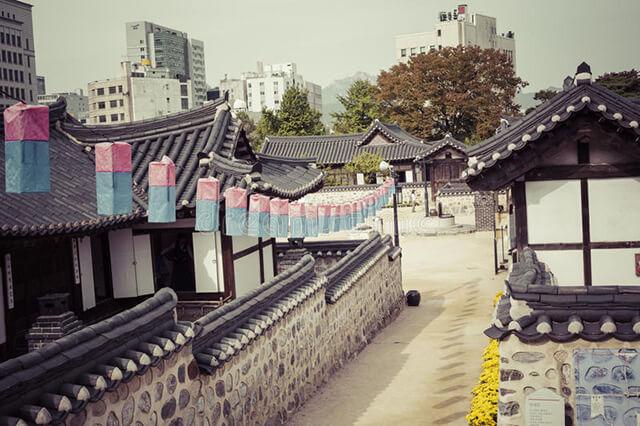 Những mái nhà cong trong làng Hanok có tác dụng điều chỉnh lượng ánh sáng cho ngôi nhà