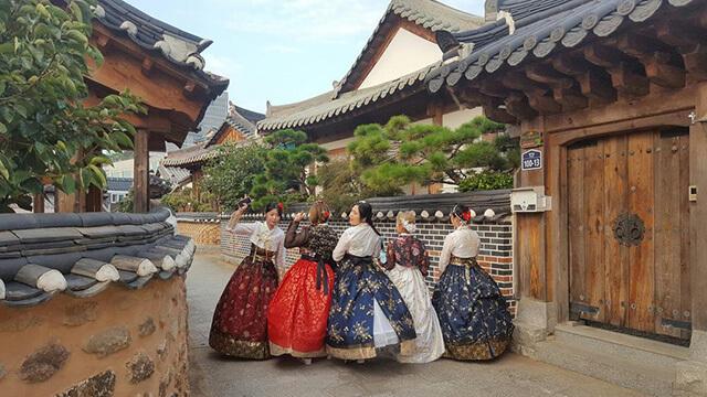 Có rất nhiều hoạt động văn hóa, giải trí hấp dẫn đang chờ đón du khách ở làng truyền thống Hanok