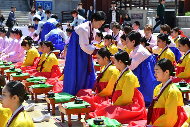 Nếu đi du lịch Hàn Quốc vào ngày thứ 2 tuần thứ 3 của tháng 5 bạn còn được chứng kiến lễ hội trưởng thành được tổ chức tại làng Hanok