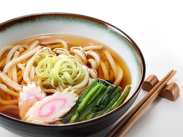 Trong tour Nhật Bản bạn có thể lựa chọn giữa mì udon nóng hoặc lạnh