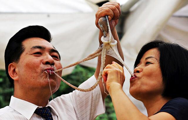 Du khách trong tour du lịch Hàn Quốc sẽ có một trải nghiệm khó quên nếu dám thử món Sannakij