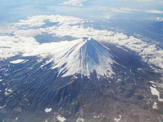Núi Phú Sĩ trải dài trên một diện tích rộng 90,76 km2, nằm giữa 2 tỉnh Shizuoka và tỉnh Yamanashi.