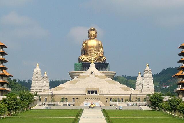 Phật Quang Sơn tọa lạc tại phía Đông Bắc của làng Đài Thọ, thành phố Cao Hùng du khách trong tour Đài Loan có thể sử dụng tàu điện ngầm để tới đây