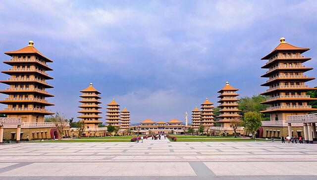 Chạy dọc theo con đường Quán Chính là những tòa bảo tháp
