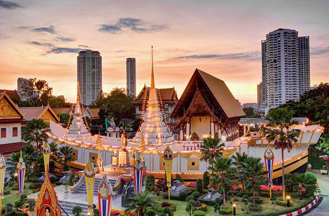 Nhiều du khách trong tour du lịch Thái Lan không khỏi tò mò về kiến trúc cũng như những câu chuyện bí ẩn của chùa Thuyền